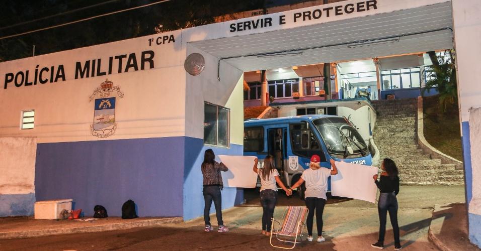 10.fev.2017 - Parentes de policiais militares tentam bloquear saída do 23º Batalhão de Polícia Militar no Leblon, zona sul do Rio de Janeiro