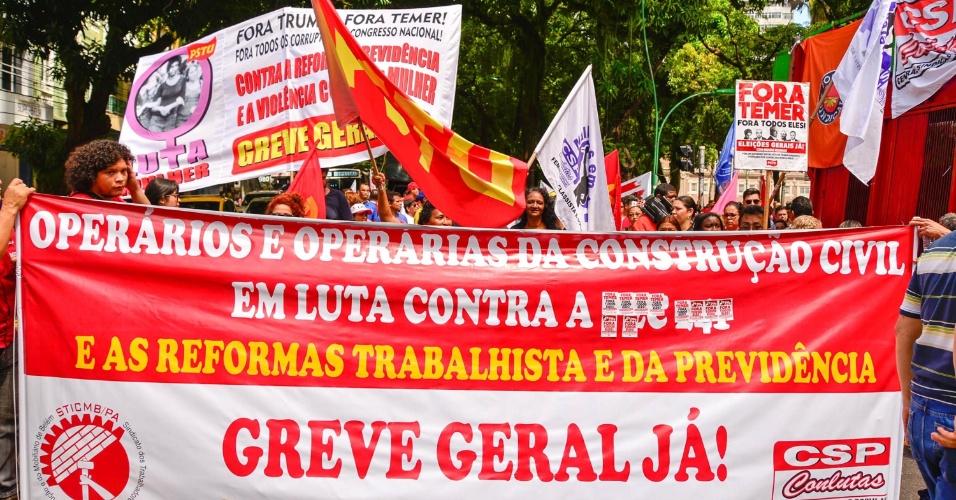 15.mar.2017 - Em Belém, no Pará, dezenas de manifestantes percorreram as principais ruas do centro da cidade na manhã desta quarta em protesto contra a reforma da Previdência