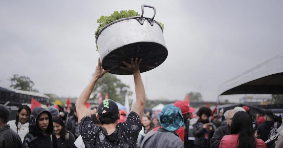10-mai.2017 - Integrantes de movimentos sociais como o MST (Movimento dos Trabalhadores Rurais Sem Terra) e de centrais sindicais como a CUT (Central Única dos Trabalhadores) chegam e se organizam em Curitiba para manifestar apoio a Lula no dia do depoimento do ex-presidente ao juiz Sergio Moro