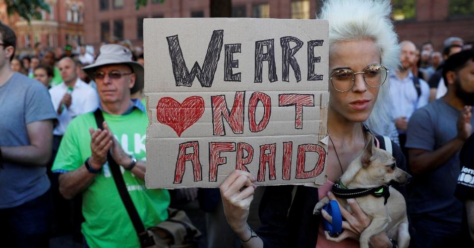 23.mai.2017 - Mulher segura placa 'Não estamos com medo' em vigília para as vítimas do atentado que ocorreu na Manchester Arena, na noite da última segunda-feira