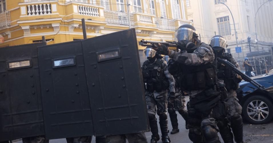 24.mai.2017 - PMs entram em confronto com manifestantes e black blocs durante votação de pacote de austeridade na Alerj (Assembleia Legislativa do Rio de Janeiro) no centro do Rio de Janeiro