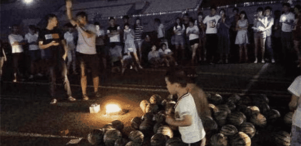 """Estudante chama pela ex-namorada com um """"mimo"""" de 99 melancias em estádio em universidade chinesa - Sohu.com"""