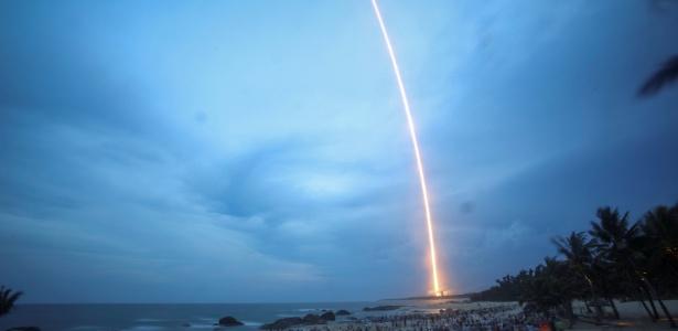 Chineses assistem em praia ao lançamento do foguete Longa Marcha 5 Y2, no centro de lançamento de satélites de Wenchang, na província de Hainan, na China