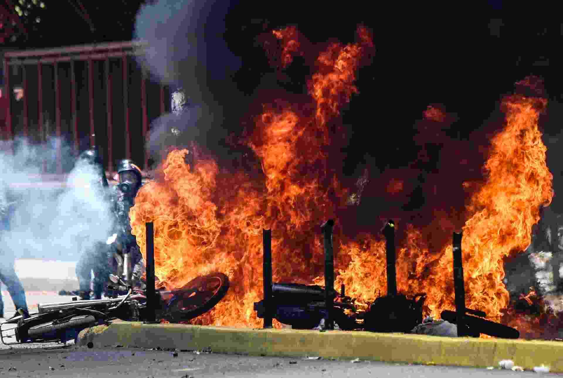30.jul.2017 - Motocicletas da polícia queimam durante Constituinte - Juan Barreto/AFP