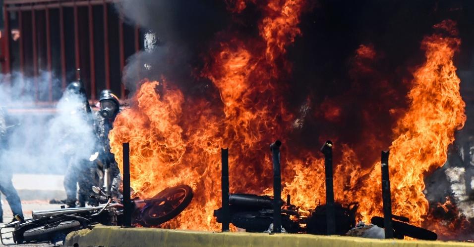 30.jul.2017 - Motocicletas da polícia queimam durante Constituinte