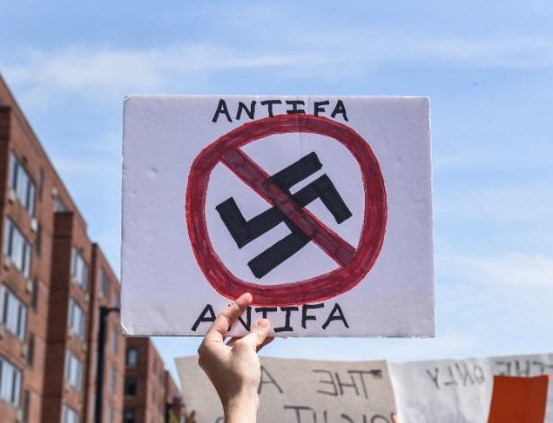 "19.ago.2017 - Manifestante segura placa com a palavra ""Antifa"" (antifascistas) durante protesto em Boston, Massachusetts"