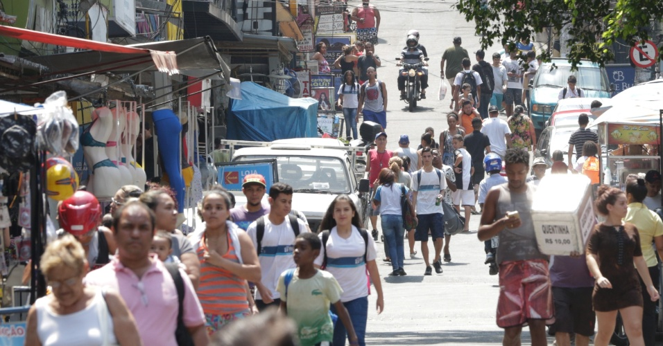 27.set.2017 - Alunos voltam às aulas na Rocinha, após confrontos entre grupos de traficantes e operações das forças de segurança na região, localizada na zona sul da cidade