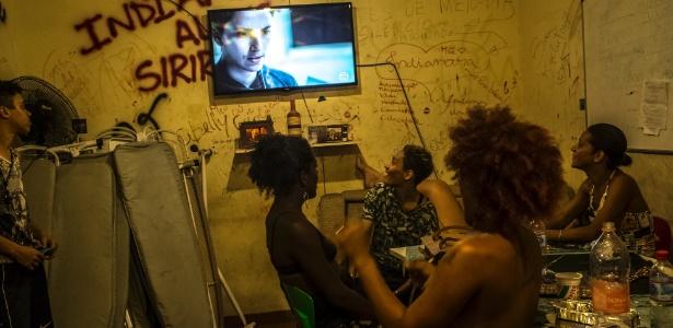 """Transgêneros e pessoas com gênero não-binário assistem à novela """"A Força do Querer"""" no abrigo """"Casa Nem"""", no Rio"""