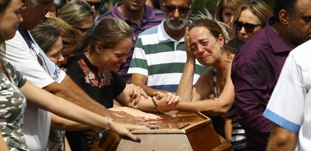 21.out.2017 - Parentes e amigos acompanham o enterro de João Pedro Calembo, 13, no cemitério Parque Memorial, em Goiânia (GO)