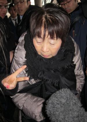 13.mar.2014 - Imagem de arquivo mostra Chisako Kakehi chegando ao tribunal de Kyoto, Japão