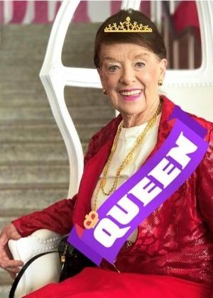 Bette Nash, 81, ganhou um par de brincos de diamantes e um cheque de US$ 10 mil em homenagem aos seus 60 anos de profissão