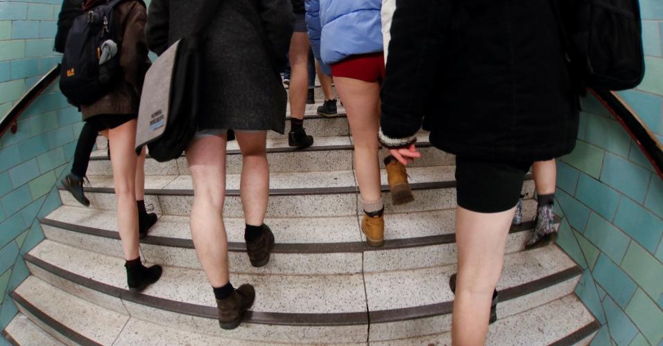 """7.jan.2018 - Os alemães estavam participando do flash mob anual conhecido como """"No Pants Subway Ride"""" (Viagem de Metrô sem Calças, em tradução livre)"""