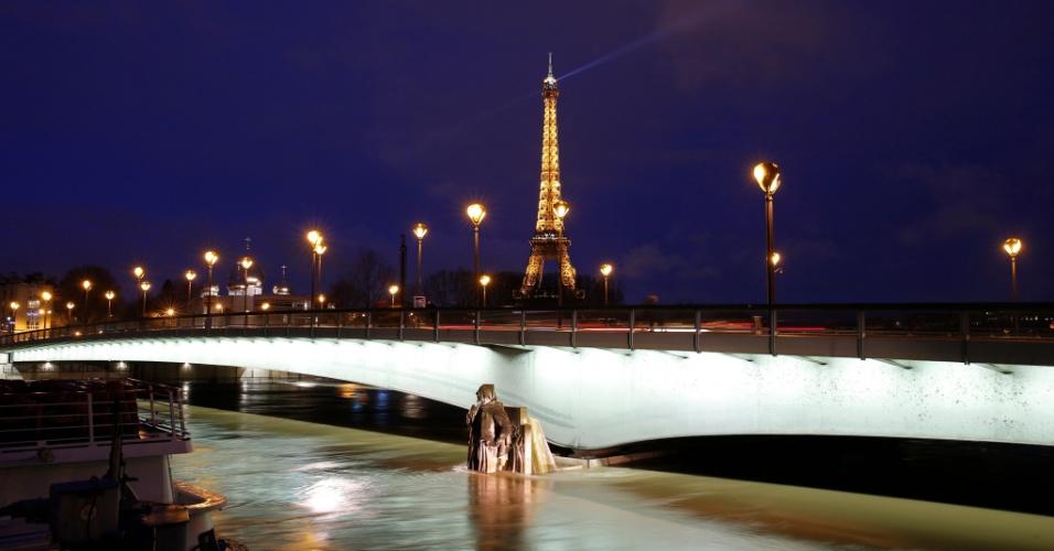 25.jan.2018 - Enchente no rio Sena nos arredores da torre Eiffel