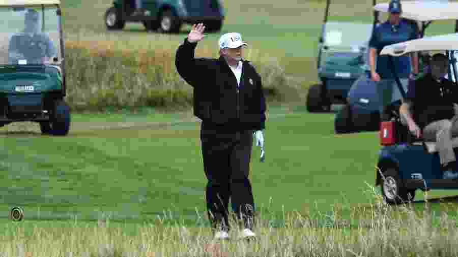 Presidente dos EUA, Donald Trump, pratica golf em hotel de sua propriedade em Glasgow, na Escócia - Andy Buchanan/AFP Photo