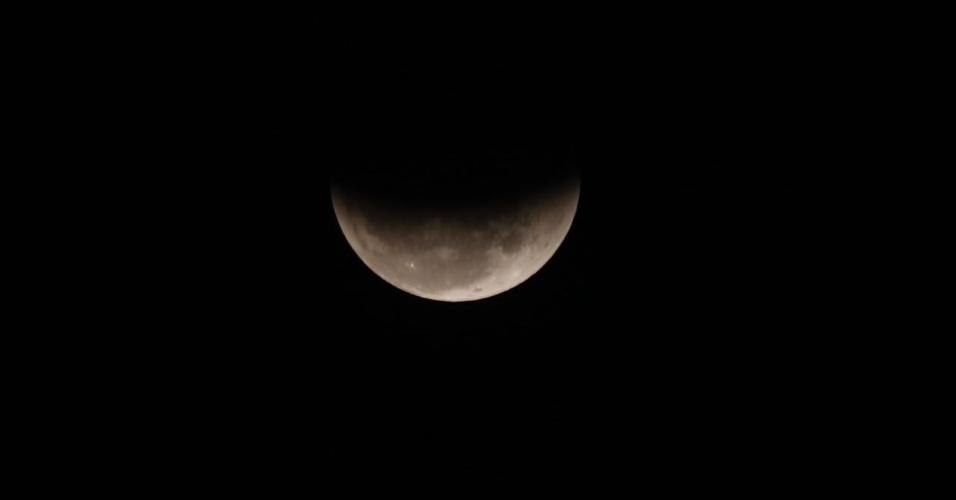 27.jul.18 - O eclipse lunar visto da Faria Lima, em São Paulo