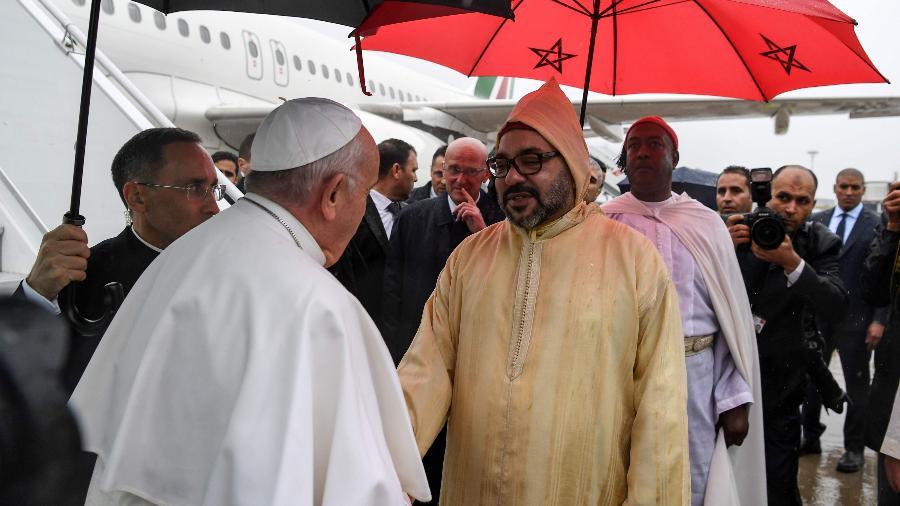 Papa é recebido pelo rei Mohammed 6º no aeroporto internacional de Rabat, no Marrocos - Fadel Senna/Pool/AFP