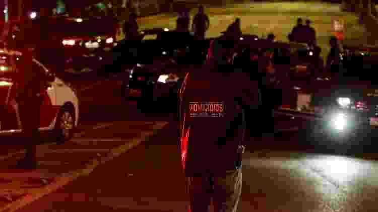 Policial civil do DHPP analisa local onde dois foram mortos por policiais da Rota durante a madrugada, em SP - 04.abr.2019 - Marcelo Goncalves/Sigmapress/Folhapress