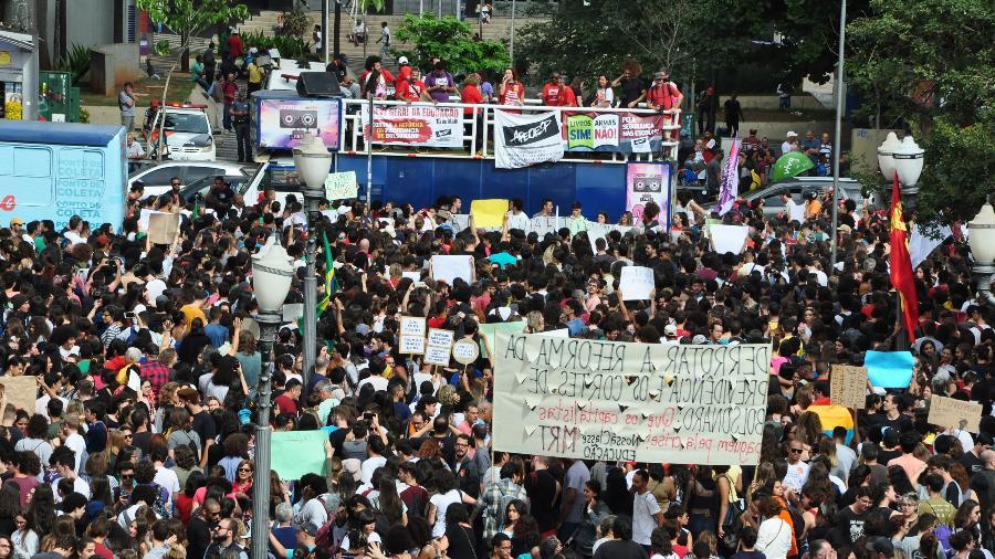Resultado de imagem para Bolsonaro vira alvo de protestos em defesa