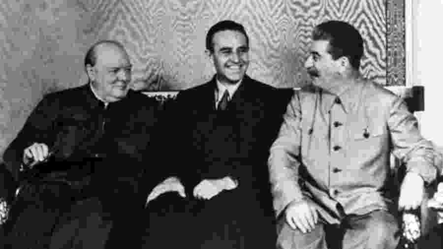 O embaixador americano Averell Harriman, entre Winston Churchill e Joseph Stalin, no Kremlin - Getty Images