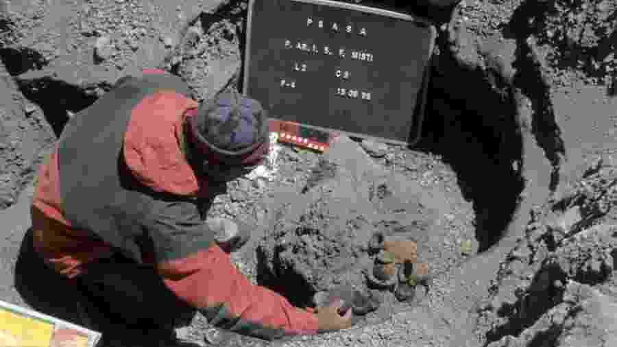 A abertura de uma das tumbas incas no topo do Misti, em 15 de setembro de 1998 - Johan Reinhard / Museo Santuarios Andinos