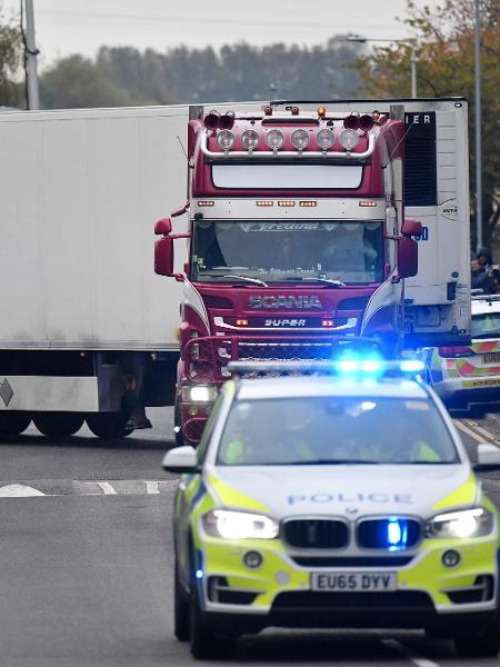 23.out.2019 - Policiais retiram caminhão onde foram encontrados 39 corpos no Reino Unido - Ben Stansall/AFP