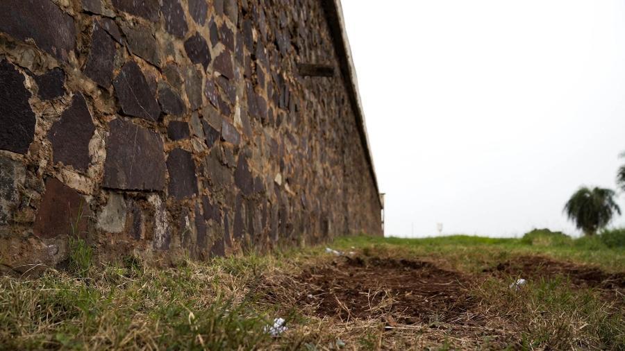 Túnel fechado ao lado da muralha da prisão regional de Pedro Juan Caballero, no Paraguai - 29.jan.2020 - Marina Garcia/UOL