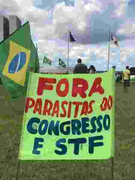 Faixas com ataques ao Congresso Nacional e ao STF em Brasília - Felipe Pereira/UOL