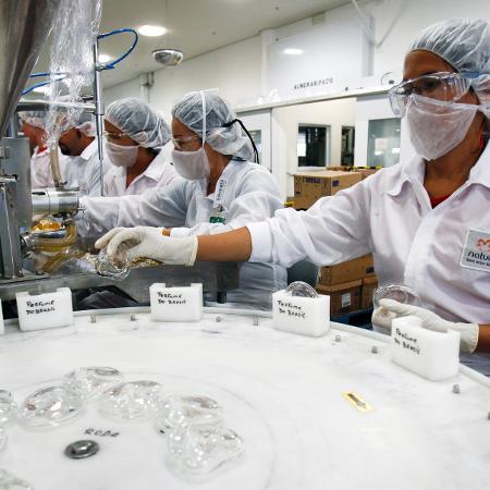 Linha de produção em fábrica da Natura em Cajamar (SP) - Paulo Whitaker