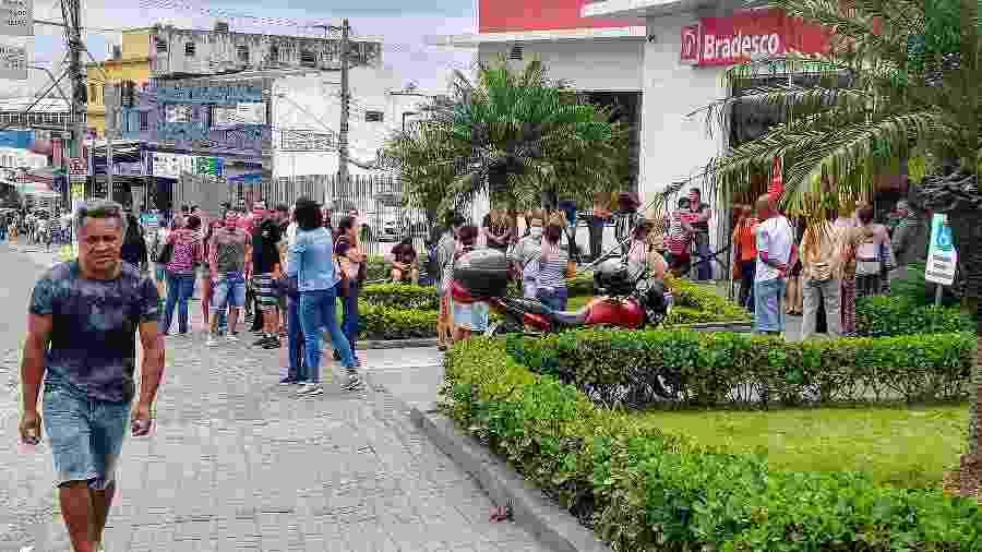 Fila se forma na calçada do banco Bradesco, no Grajaú, periferia da zona sul da cidade de São Paulo - Cleber Souza/UOL
