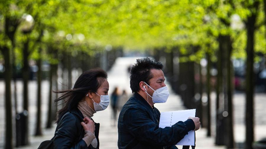 Casal usa máscara em Estocolmo, capital da Suécia - Jonathan Nackstrand/AFP (8.5.2020)