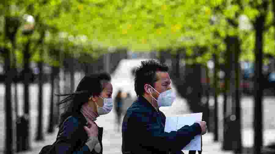 8.mai.2020 - Casal usa máscara em Estocolmo, capital da Suécia - JONATHAN NACKSTRAND/AFP