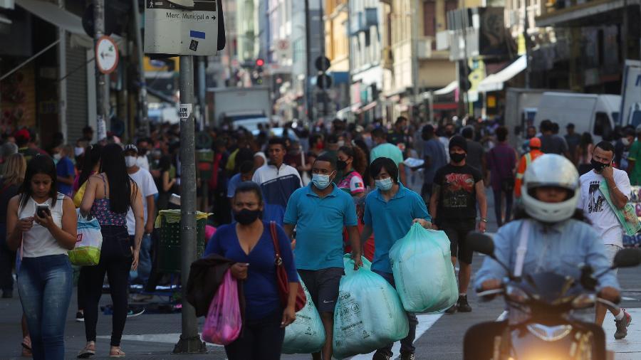 Pessoas caminham por tradicional rua de comércio popular em São Paulo - Amanda Perobelli