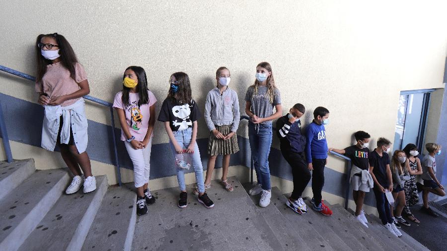 1.set.2020: Estudantes fazem fila no Colégio Henri Matisse, em Nice (França) - Eric Gaillard/Reuters
