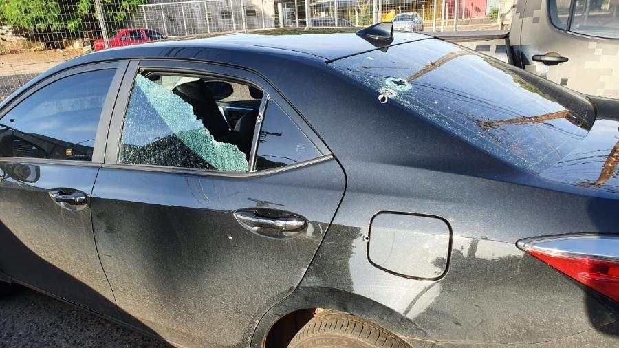 Fotografia do carro do deputado federal Loester Trutis (PSL-MS) com marcas de tiros e postada pelo parlamentar no Facebook - Reprodução/Página de Loester Trutis