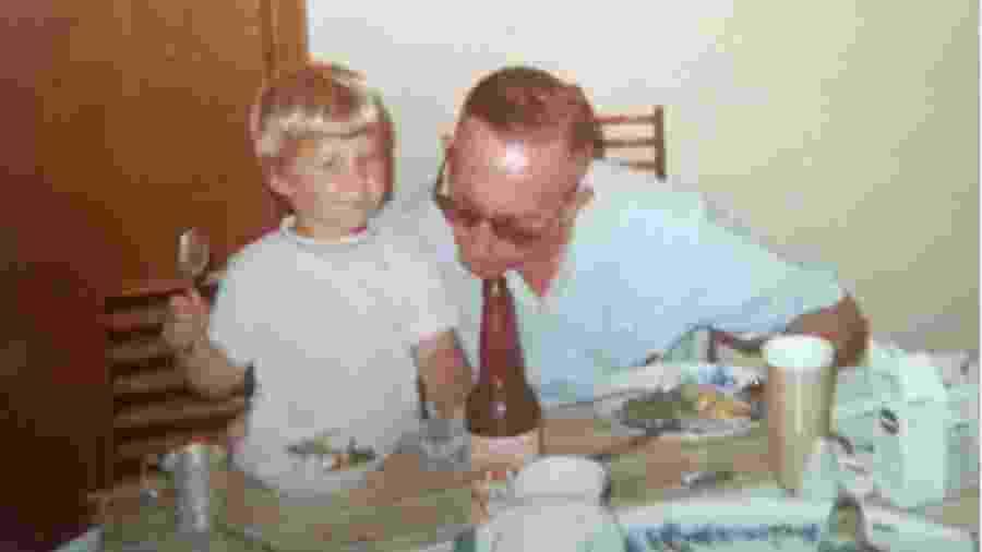 Julie, aos dois anos, com o avô em São Paulo, ele morava em uma fazenda no Mato Grosso do Sul e tinha ido visitá-la - Arquivo pessoal
