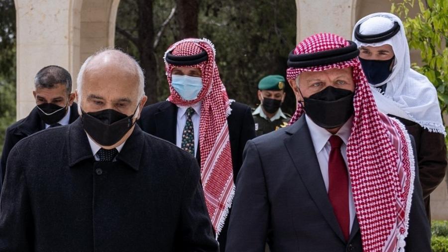 O rei da Jordânia, Abdallah 2º (à direita), aparece pela primeira vez com o príncipe Hamza (ao centro) após crise - AFP