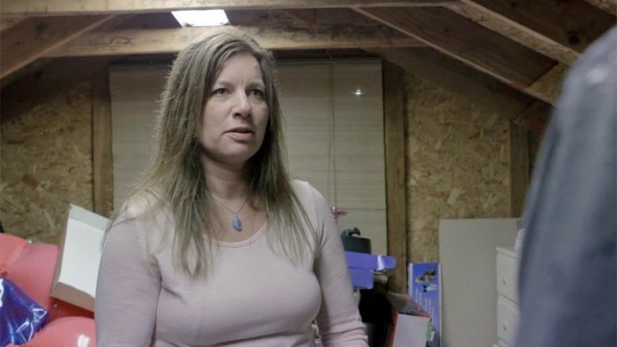 """Julie estava no sótão de sua casa, abrindo o """"kit de cemitério"""", quando caiu uma carta no chão - Flying Cloud Productions"""