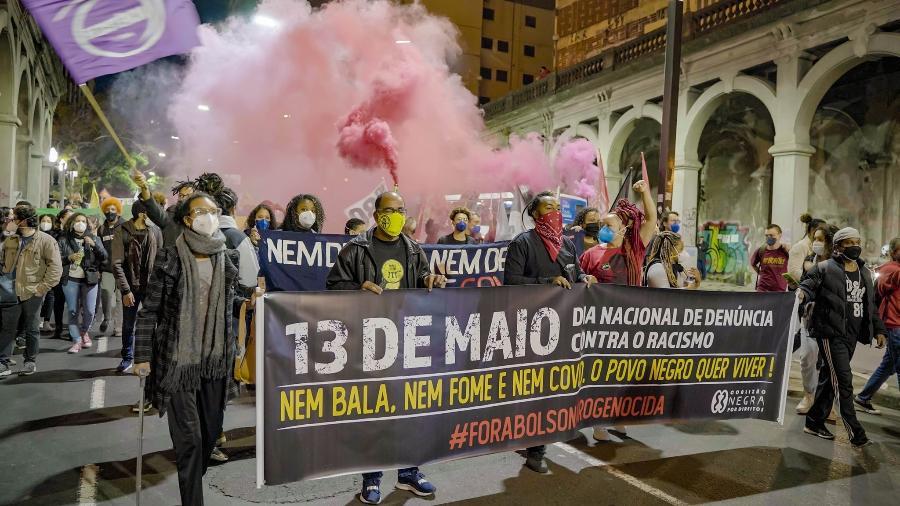 13.mai.2021 - Manifestantes nas ruas de Porto Alegre: Dia Nacional de Denúncia Contra o Racismo - Lucas Pitta