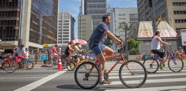 Avenida Paulista fechada no domingo para carros e ocupada por pedestres e ciclistas