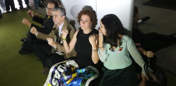 Integrantes de movimentos pró-impeachment da presidente Dilma se acorrentaram na Câmara dos Deputados