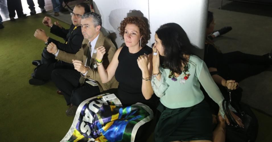 28.out.2015 - Oito integrantes de movimentos pró-impeachment da presidente Dilma Rousseff se acorrentaram em volta de uma coluna no Salão Verde da Câmara dos Deputados. Segundo eles, a ideia é pressionar o presidente da Casa, Eduardo Cunha (PMDB-RJ), a deferir os pedidos de afastamento da petista protocolados na Câmara