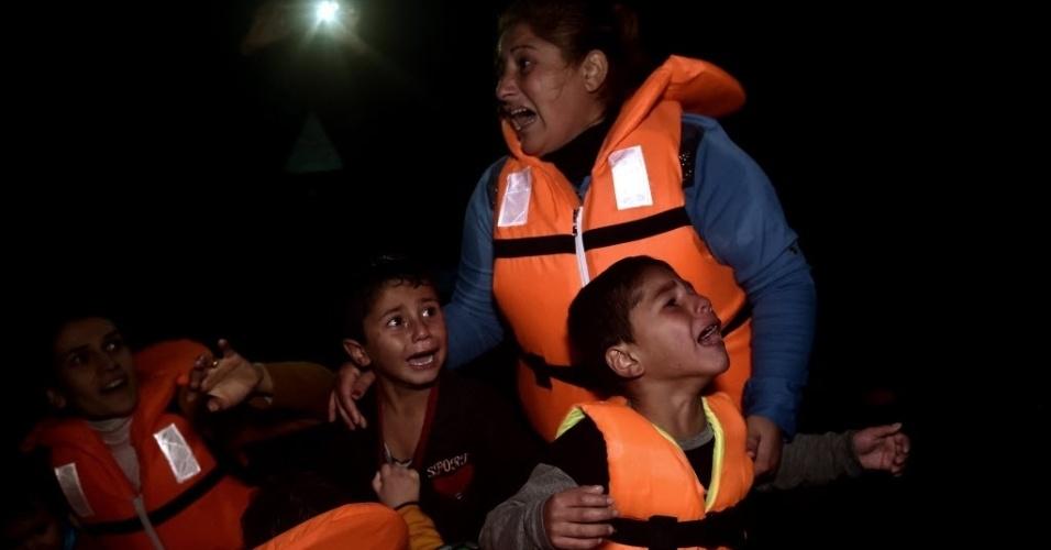 28.out.2015 - Crianças refugiadas choram ao chegar na ilha de Lesbos, na Grécia, depois de atravessar o mar Egeu, na Turquia. Outubro deste ano foi o mês de chegada da maior quantidade de refugiados e imigrantes à Europa desde que a onda imigratória começou, com 179.470 pessoas, segundo a Acnur (Agência das Nações Unidas para os Refugiados)