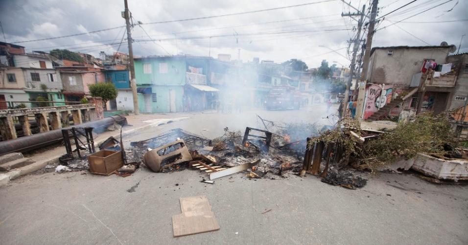 10.jan.2016 - Moradores queimam lixo e mobília estragada pela enchente durante protesto na zona leste de SP