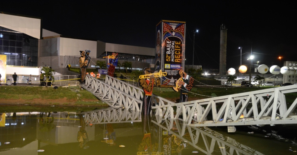 31.jan.2016 - Uma ponte de metal que dá acesso a um salão onde acontecia um tradicional baile de carnaval no Recife caiu na madrugada deste domingo (31). Cerca de 20 pessoas se machucaram no acidente. Testemunhas afirmam que a ponte estava lotada de foliões