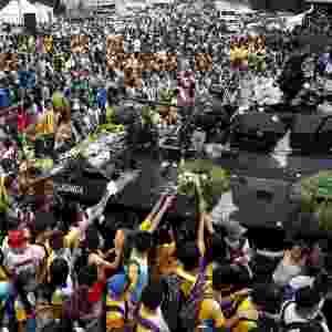25.fev.2016 - Desfilando em um tanque de guerra na capital Manila, soldados recebem flores parada em celebração ao 30º aniversário da Revolução Popular das Filipinas, que tirou do poder o então presidente Ferdinand Marcos em 25 de fevereiro de 1986 - Erik De Castro/Reuters