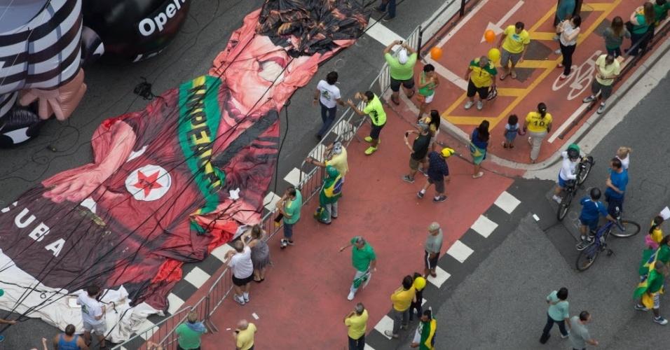 13.mar.2016 - Manifestantes começam a inflar bonecos para um fazem ato contra o governo de Dilma Rousseff (PT), na avenida Paulista, em São Paulo. Os manifestantes pedem o impeachment de Dilma e a prisão do ex-presidente Luiz Inácio Lula da Silva, investigado pela Operação Lava Jato