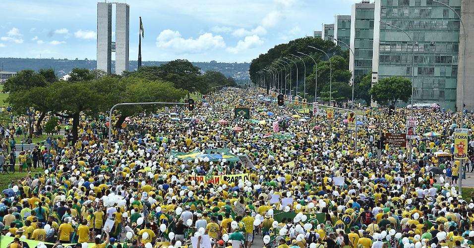 13.mar.2016 - Em Brasília, os participantes fizeram um minuto de silêncio na frente da praça do Museu da República e em seguida realizaram uma caminhada até a praça das Bandeiras, próxima ao Congresso Nacional. No encerramento do ato, eles cantaram o hino nacional. A PM estimou em 100 mil o número de manifestantes