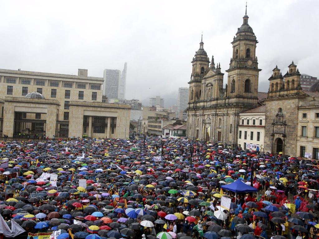 2.abr.2016 - Mesmo embaixo de chuva, milhares de colombianos saíram às ruas de Bogotá para protestar contra as Farc (Forças Armadas Revolucionárias da Colômbia). O presidente Juan Manuel Santos foi um dos alvos da manifestação que pede por mudanças no acordo de paz entre o grupo e o governo