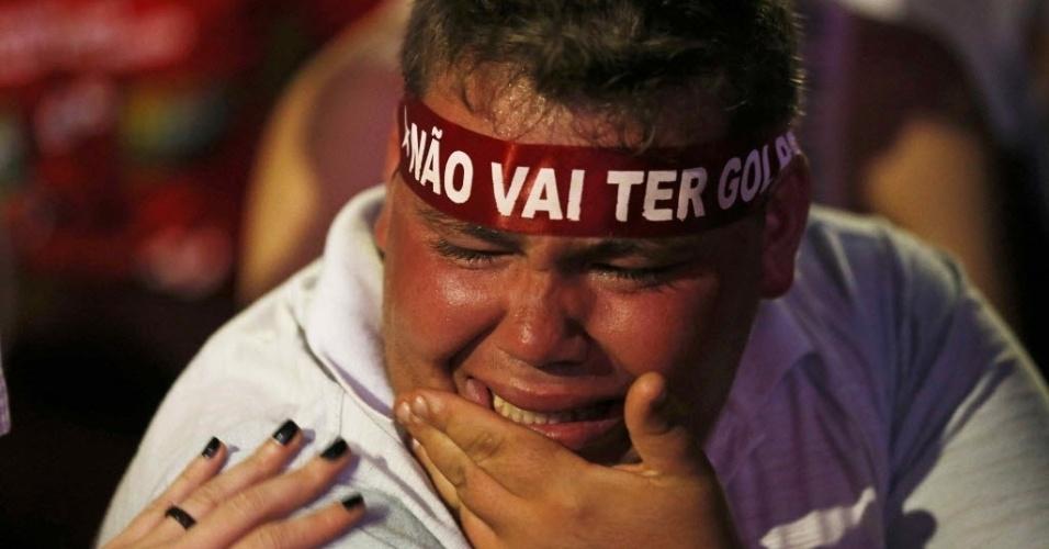 17.abr.2016 - Manifestante contra o impeachment da presidente Dilma Rousseff chora enquanto acompanha votação na Câmara dos Deputados da abertura do processo, no Vale do Anhangabaú, em São Paulo