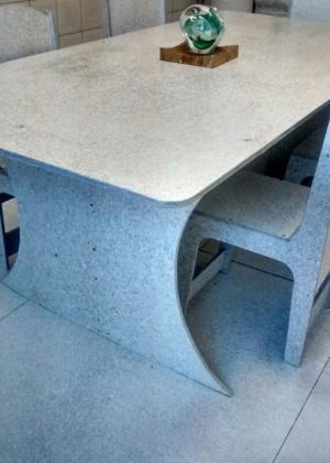 Mesa e cadeira feitos com placas de tubo de pasta de dente. A empresa Ecotop mói e prensa os tubos, que são transformados em placas que podem ser moldadas e transformadas em vários móveis